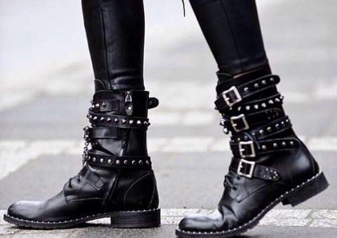 giày với chi tiết khóa
