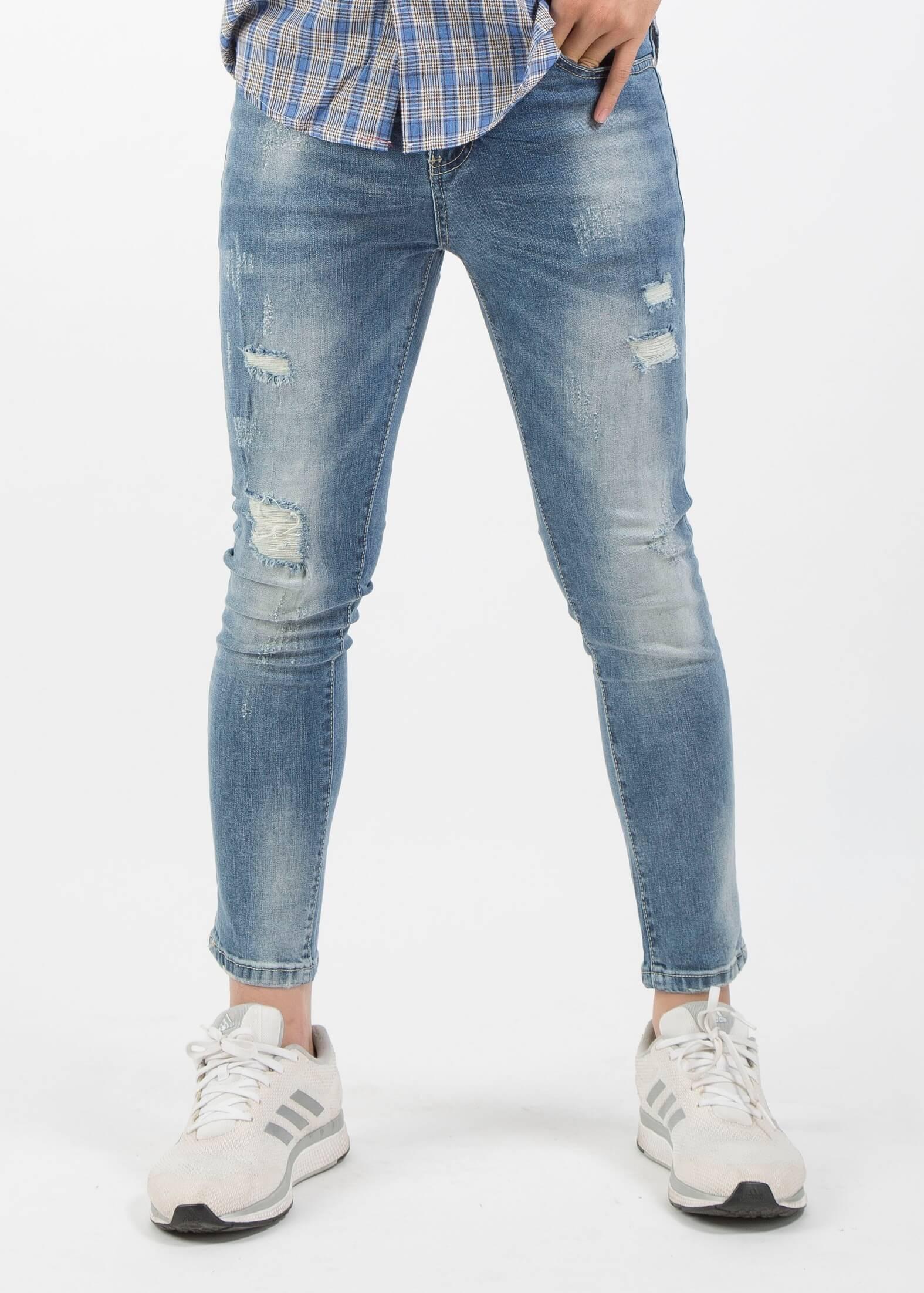 Kiểu quần jean skinny rách nhẹ, với đặc điểm bó sát chân người mặc