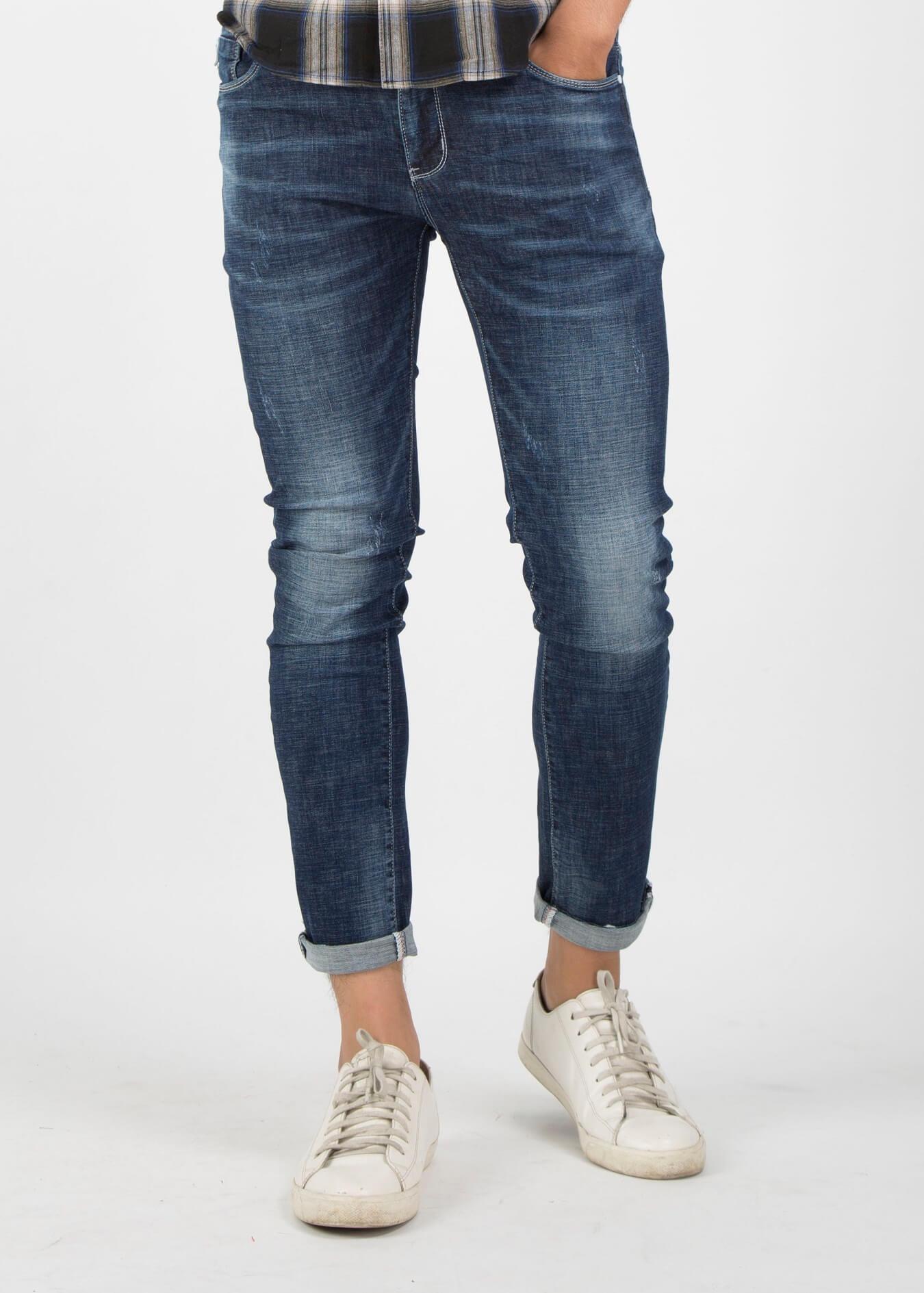 Mix giày thể thao cùng quần basic jean với áo thun hoặc sơ mi