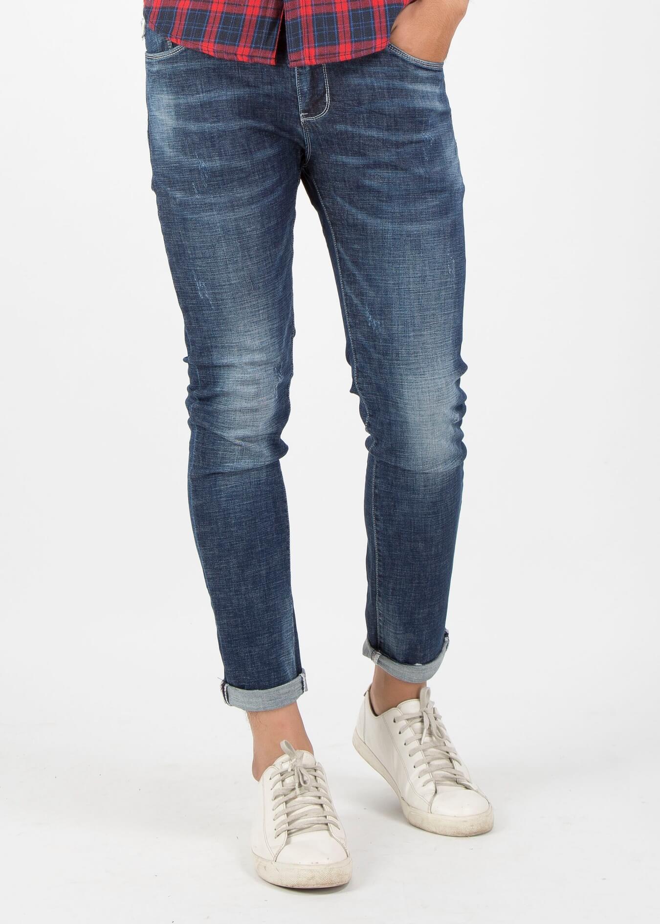 Kiểu quần blue jean lai giữa slim fit và skinny, với phần ống chân hơi bó