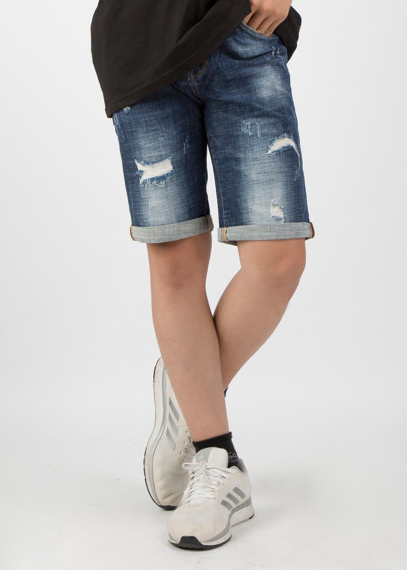 Mix giày thể thao cùng với quần short jean và áo thun hay sơ mi