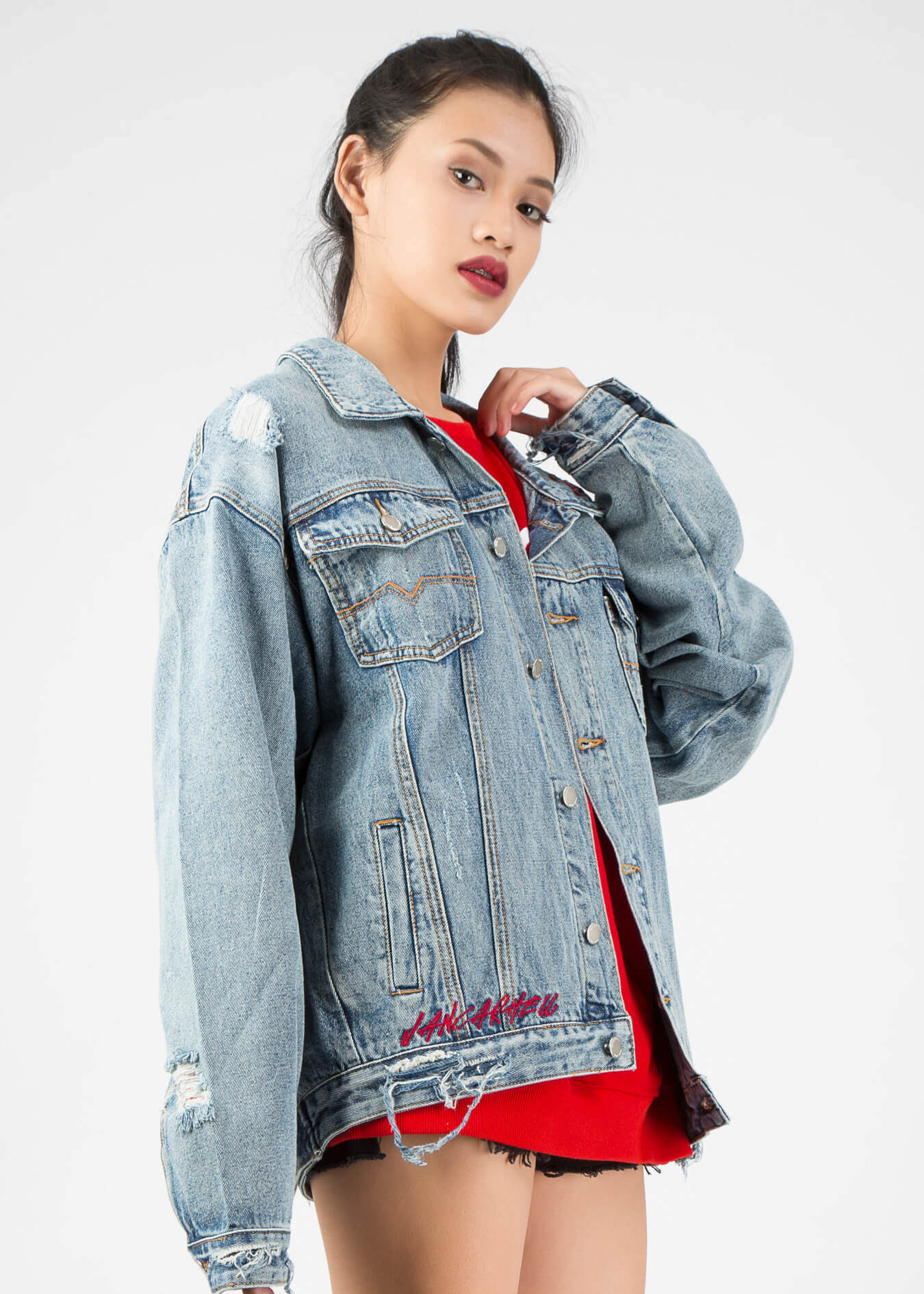 Áo khoác jeans rách - mẫu áo khoác chất bạn nên sở hữu