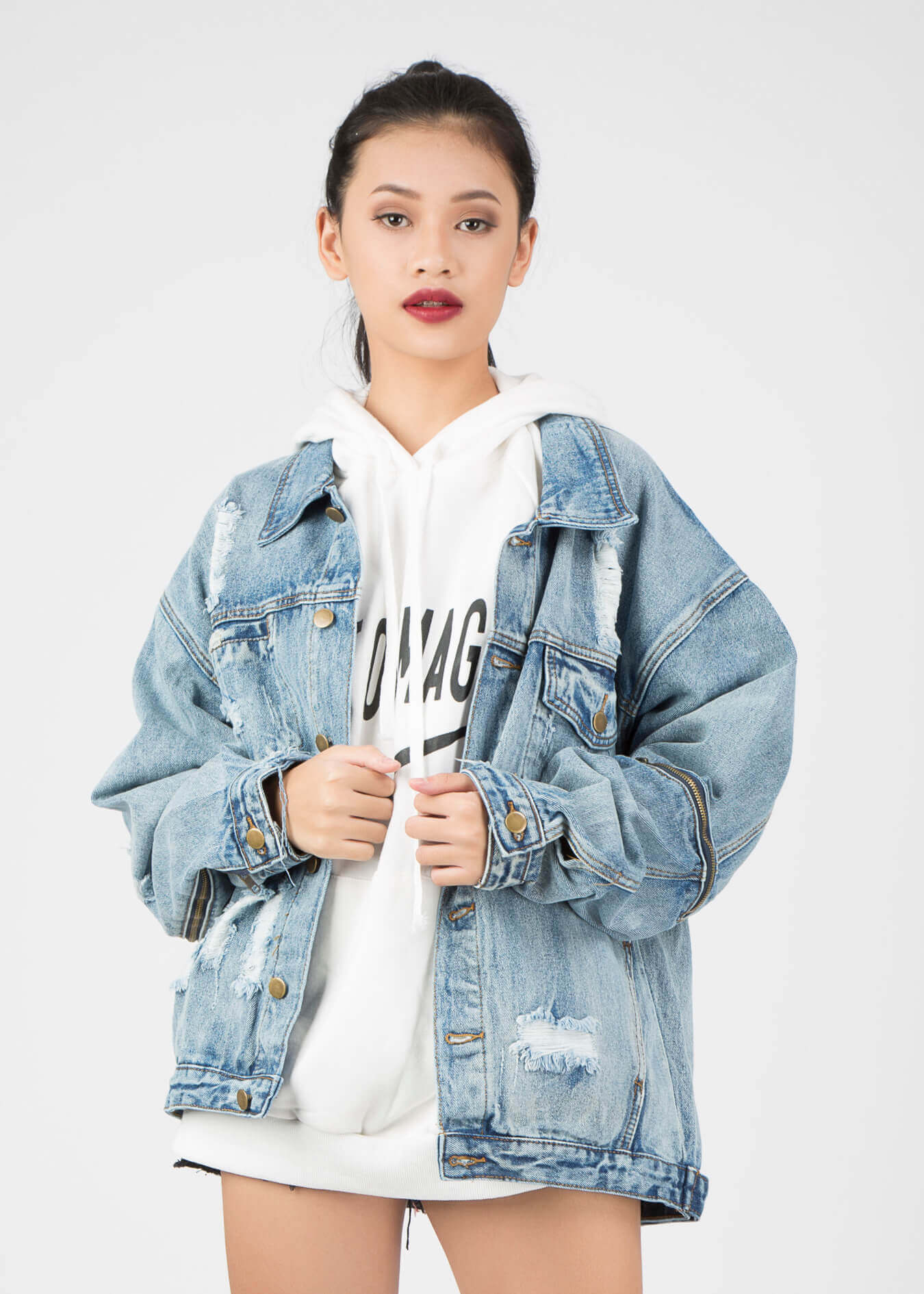 Áo khoác jean rách: Chiếc áo khoác bạn nên sở hữu