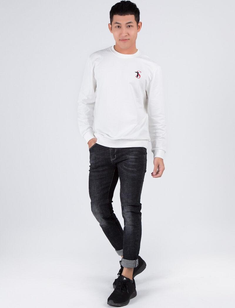 Áo thun tay dài cùng quần jeans bó sát năng động, trẻ trung