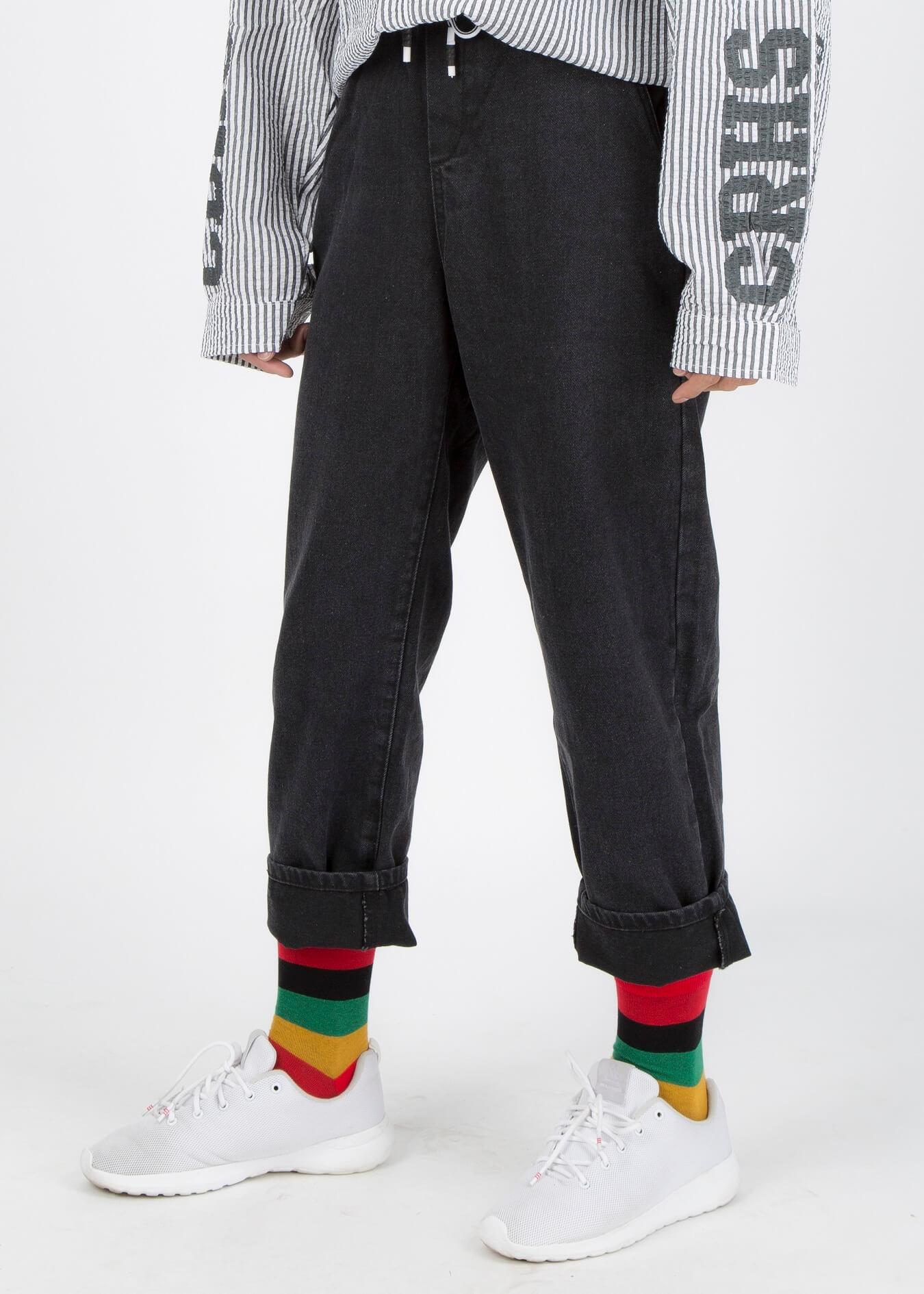 Cũng là giày sneaker kết hợp cùng quần jean ống suông, nhưng điểm nhấn đến từ vết rách của quần và đôi vớ màu sắc
