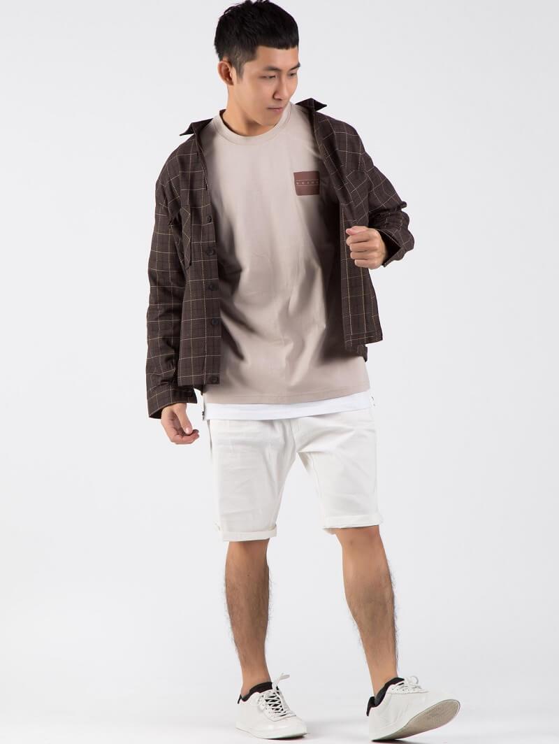 Năng động với bộ 3 áo thun, sơ mi khoác ngoài và quần lửng jean