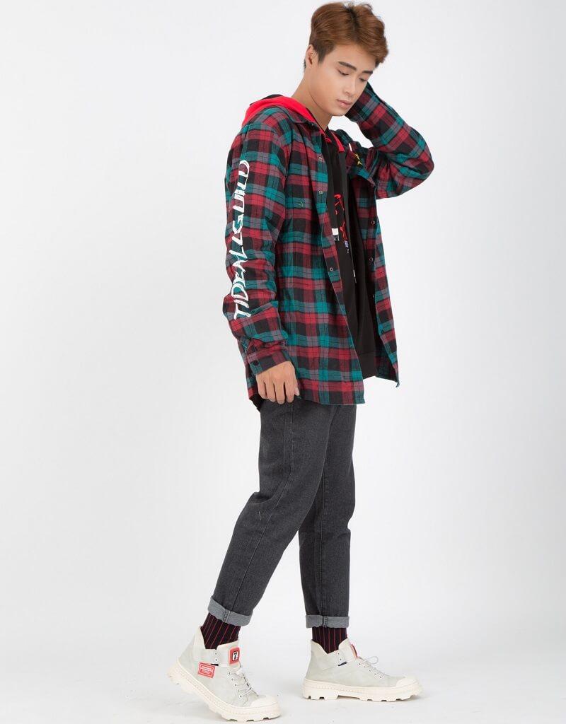 Áo hoodie mặc cùng quần jean đen form slim fit kết hợp với giày thể thao