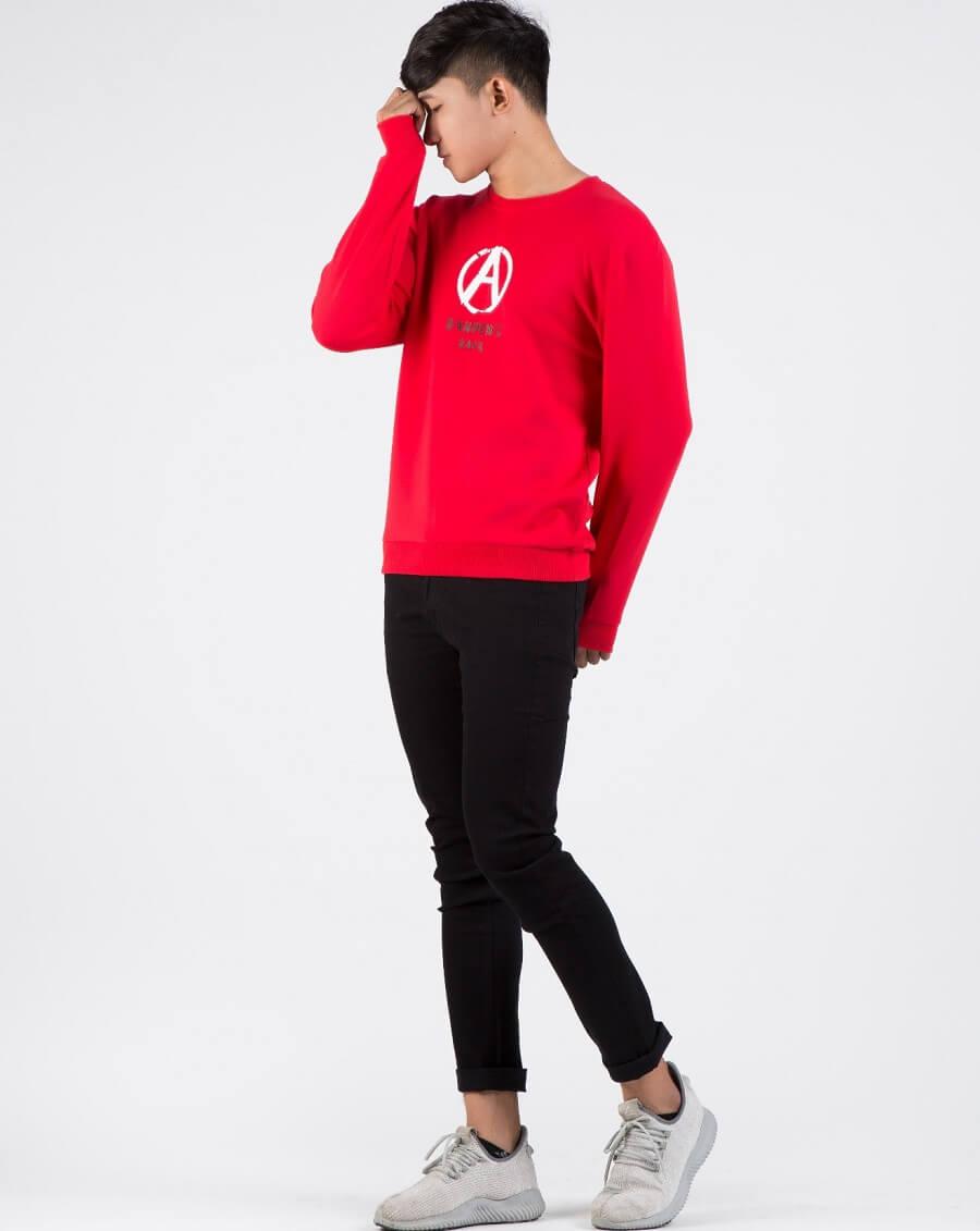 Màu đỏ tạo điểm nổi bật và cũng làm cho chiếc áo thêm phần thu hút