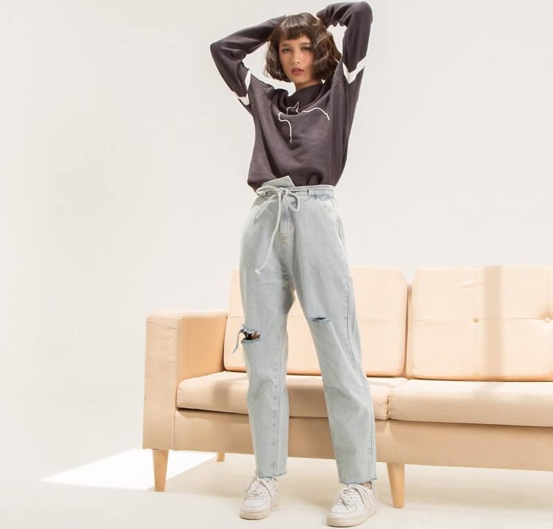Tự tin thể hiện cá tính với quần jeans rách phá cách và giày sneaker trắng
