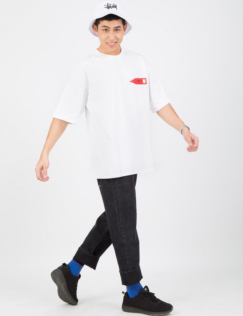 Quần jean ống suông đen kết hợp cùng áo thun trắng họa tiết tạo nên set đồ tương phản đẹp