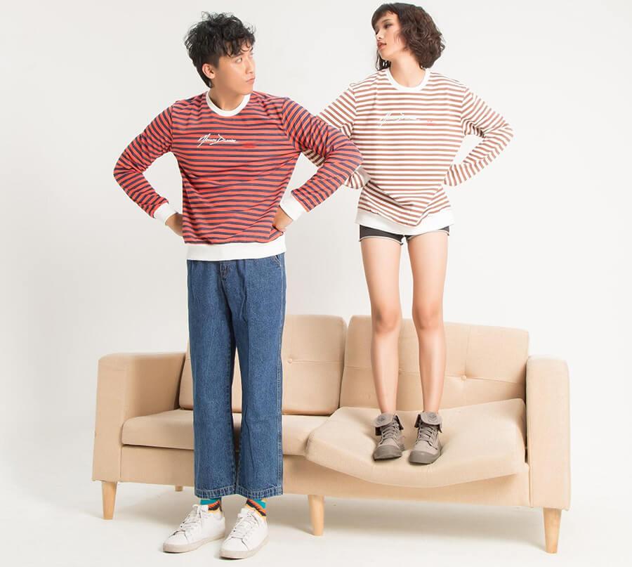 Sét đồ kết hợp giữa áo thun dài tay (sweatshirt) cùng quần jean ống suông