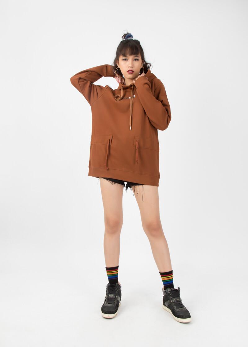 Với phái nữ: Áo hoodie kết hợp cùng quần short ngắn tạo ra phong cách sexy, cá tính