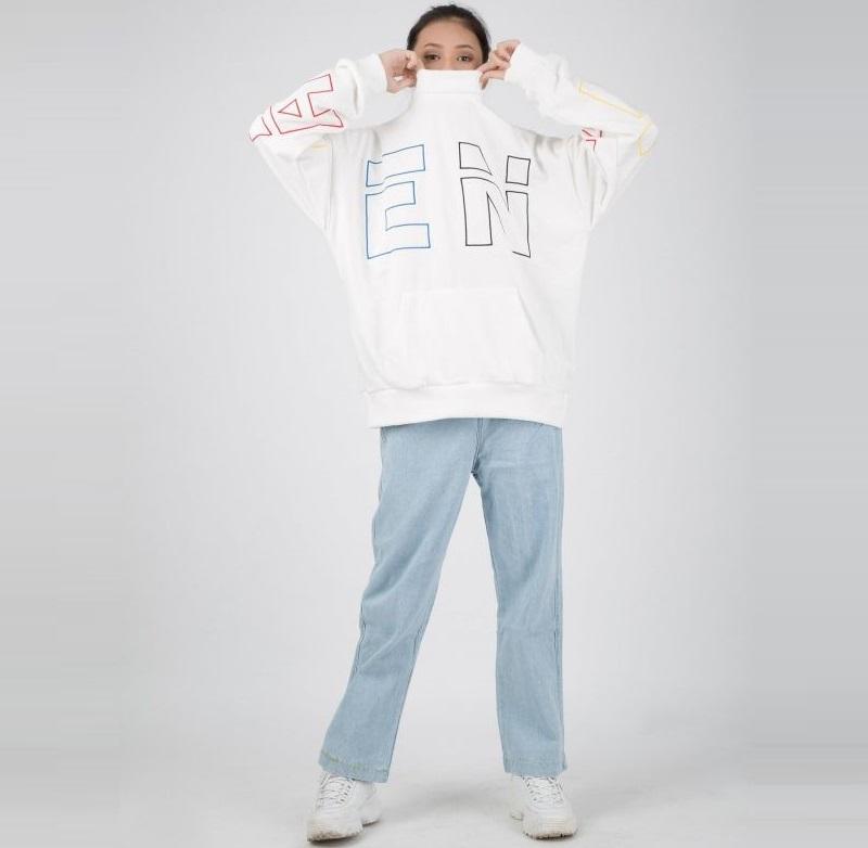 """Bản phối cho mùa hè – """"Cặp bài trùng"""" quần jean rách với áo thun basic"""