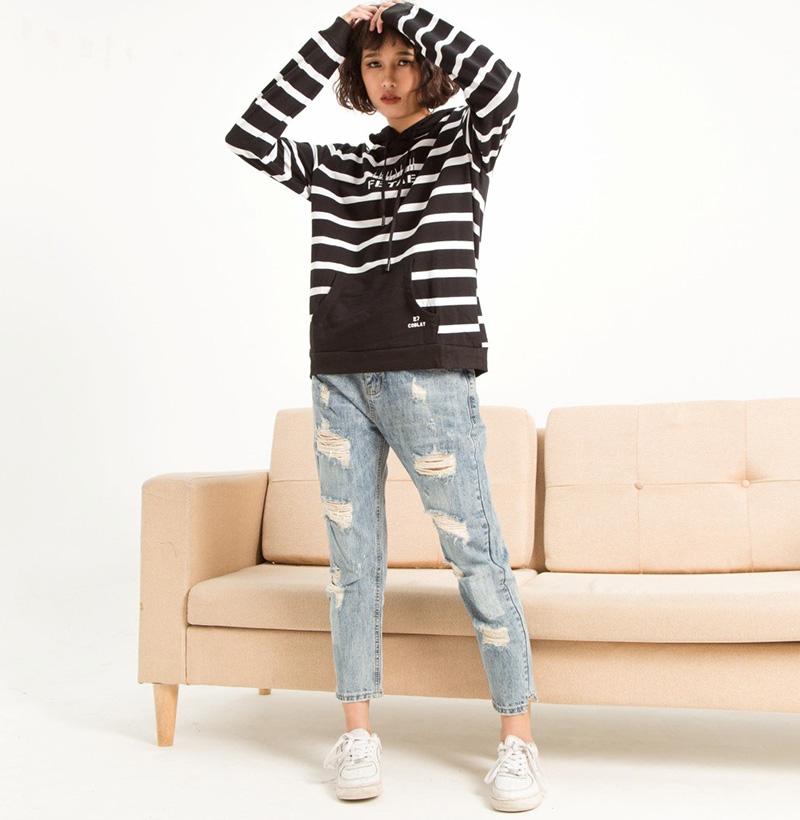 Bản phối mùa đông – Quần jeans rách với áo hoodie cho những ngày trời trở gió