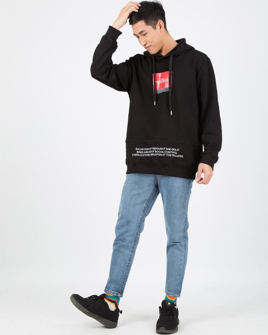 Áo hoodie và quần jeans