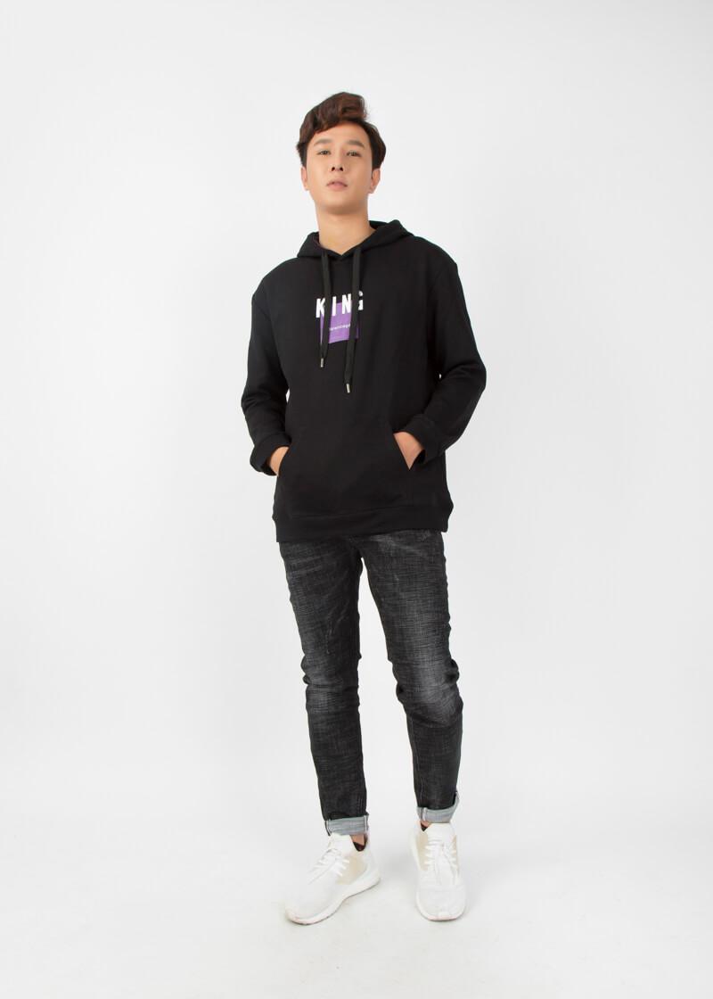 Quần jean slim fit basic kết hợp cùng áo hoodie và giày thể thao tạo ra một set đồ năng động phong cách