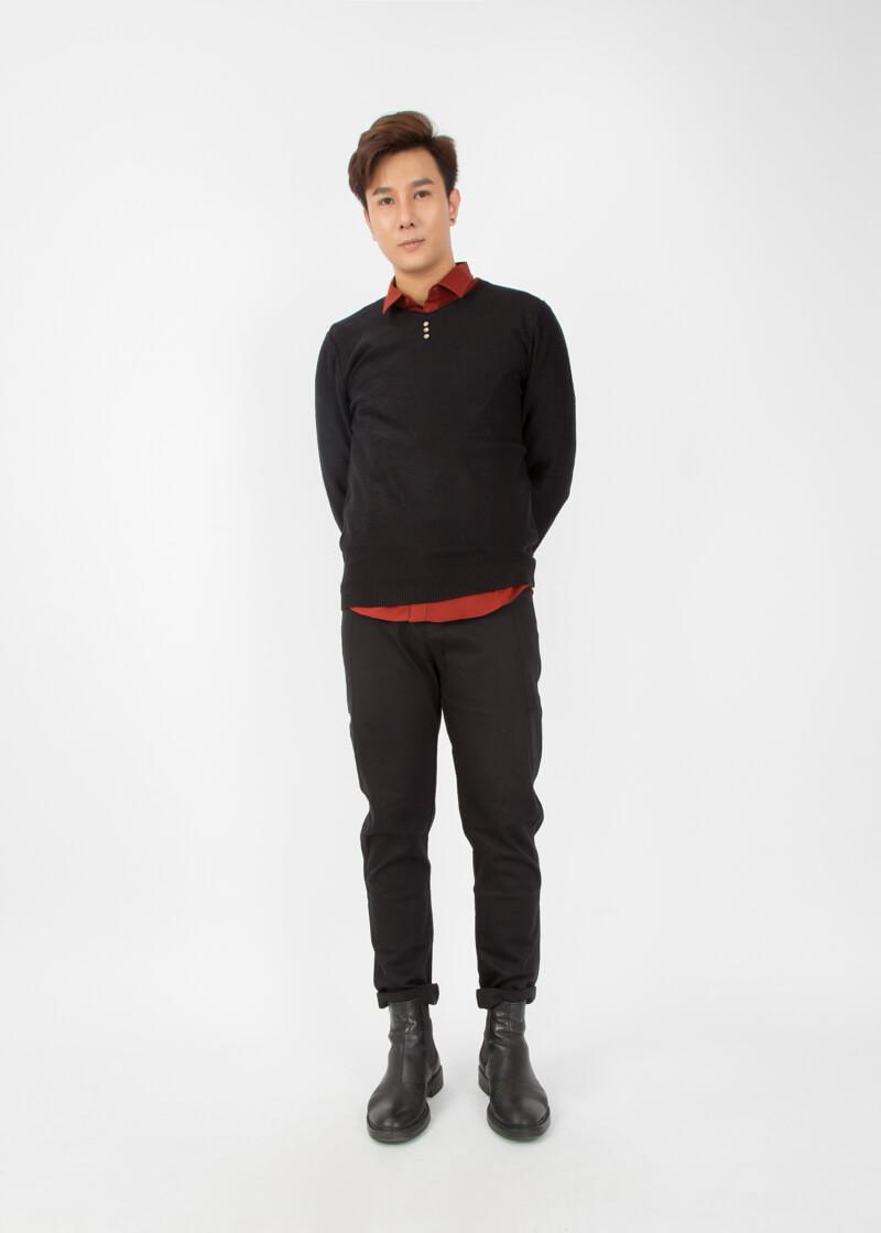 Phong cách anh sếp điềm đạm với sự hợp tác của layer quần basic slim fit jean, sơ mi cùng sweatshirt