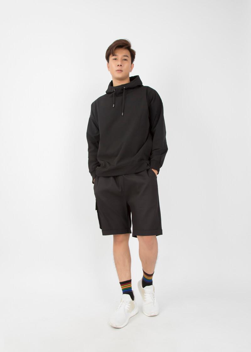 Áo hoodie và quần kaki
