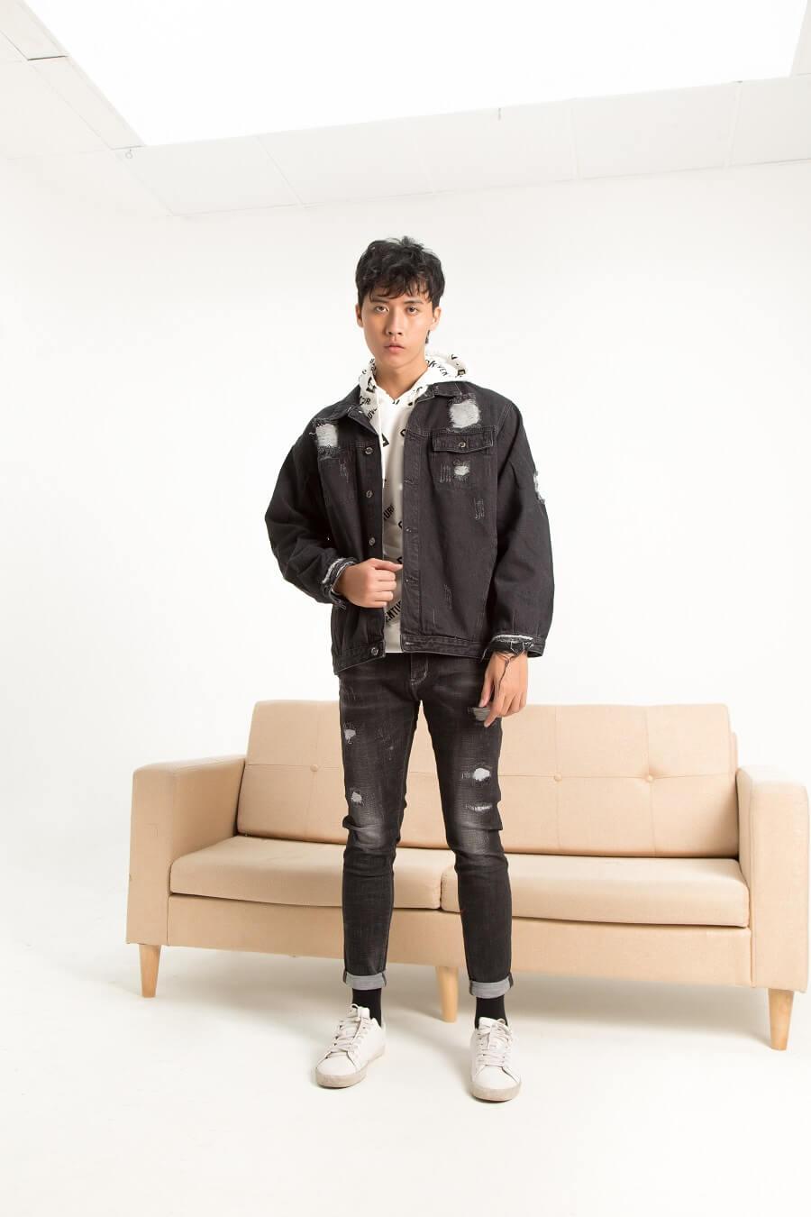 Quần jean slim fit xước nhẹ kết hợp với hoodie và jacket khoác ngoài, cùng giày thể thao tạo ra hình tượng một chàng trai mạnh mẽ nhưng vẫn cực dễ thương