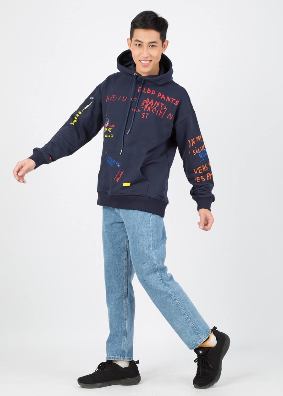 Kết hợp quần jean xanh với áo hoodie