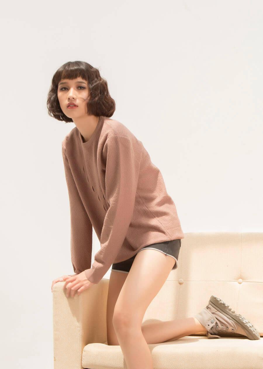 Bạn nữ năng động và nhẹ ngàng với sweater