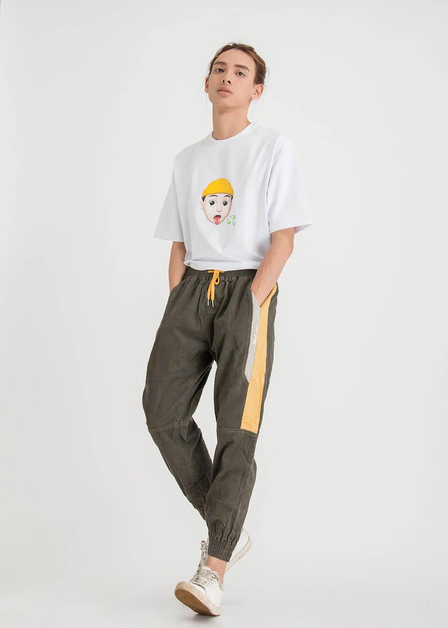 Phong cách bụi bặm với sự kết của quần kaki và áo thun form rộng