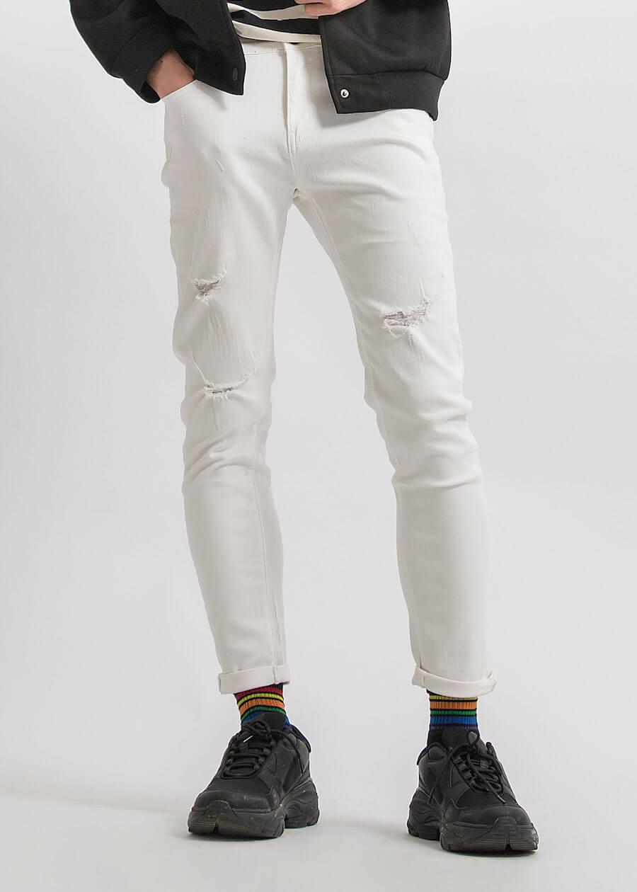 Mẫu quần jean trắng rách nhẹ phong cách slim fit