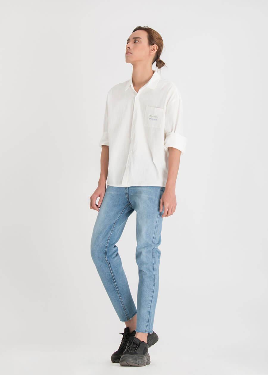 Phối sơ mi trắng với quần jean