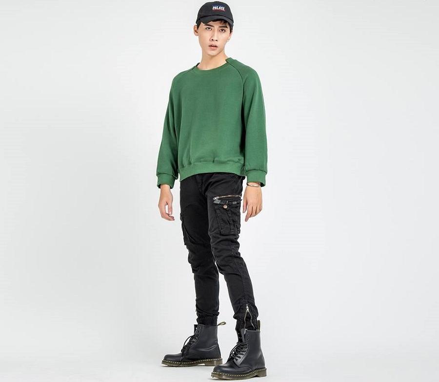 Áo sweater kết hợp cùng quần jeans/kaki túi hộp