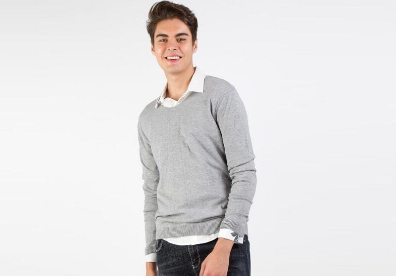 Áo sweater màu ghi đậm chất lãng tử