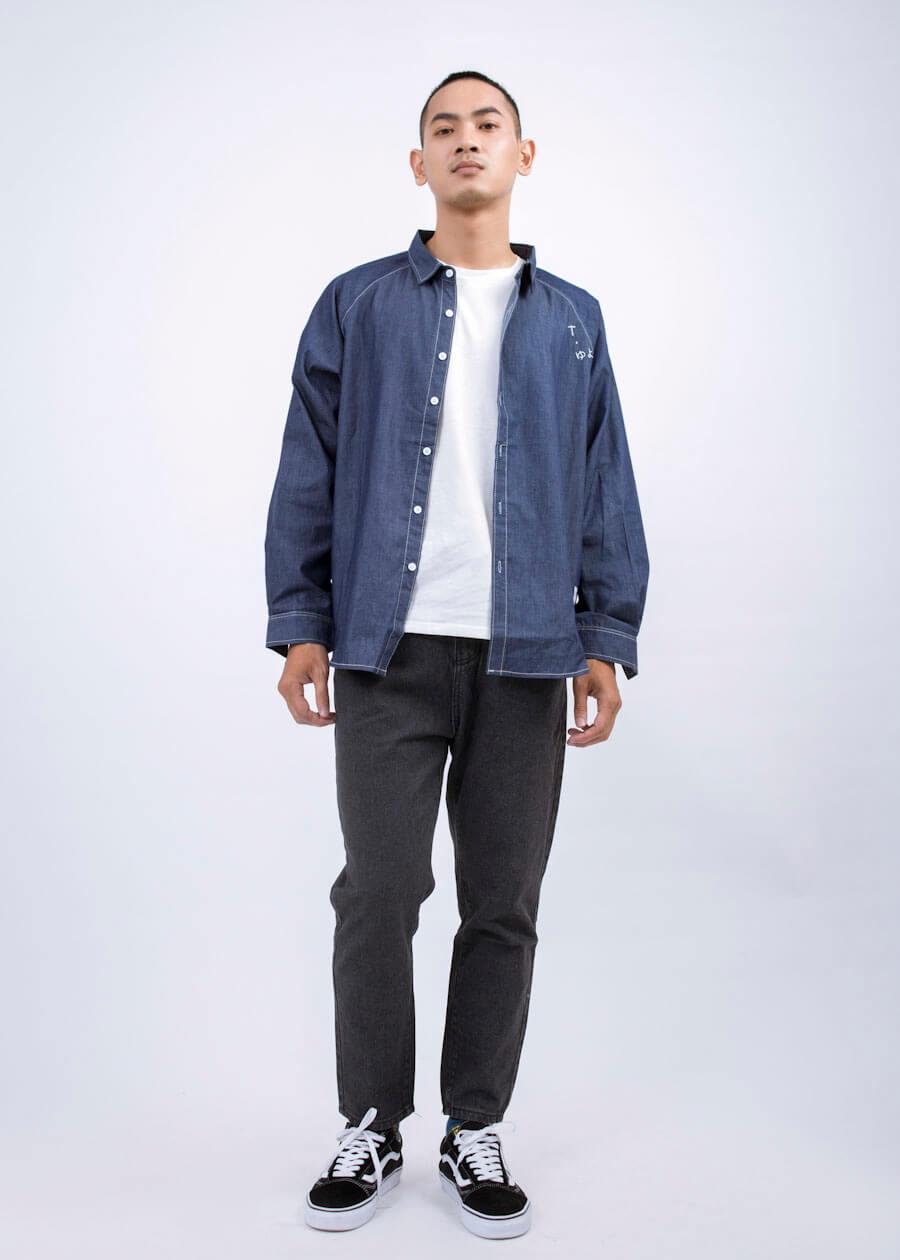 """Chở thành boy """"hiền hậu"""" với combo áo thun khoác ngoài không họa tiết, áo thun trắng và quần jean basic đen"""