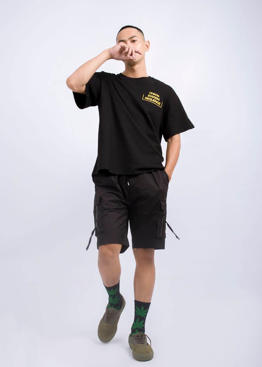 Phối áo thun phom rộng ngắn tay với quần short