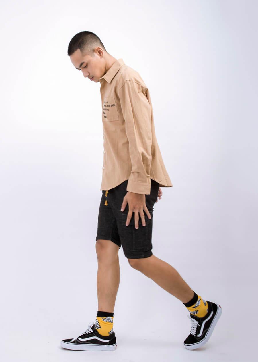 Bộ 3 sơ mi quần short và giày thể thao tạo ra bộ trang phục đậm phong cách free style