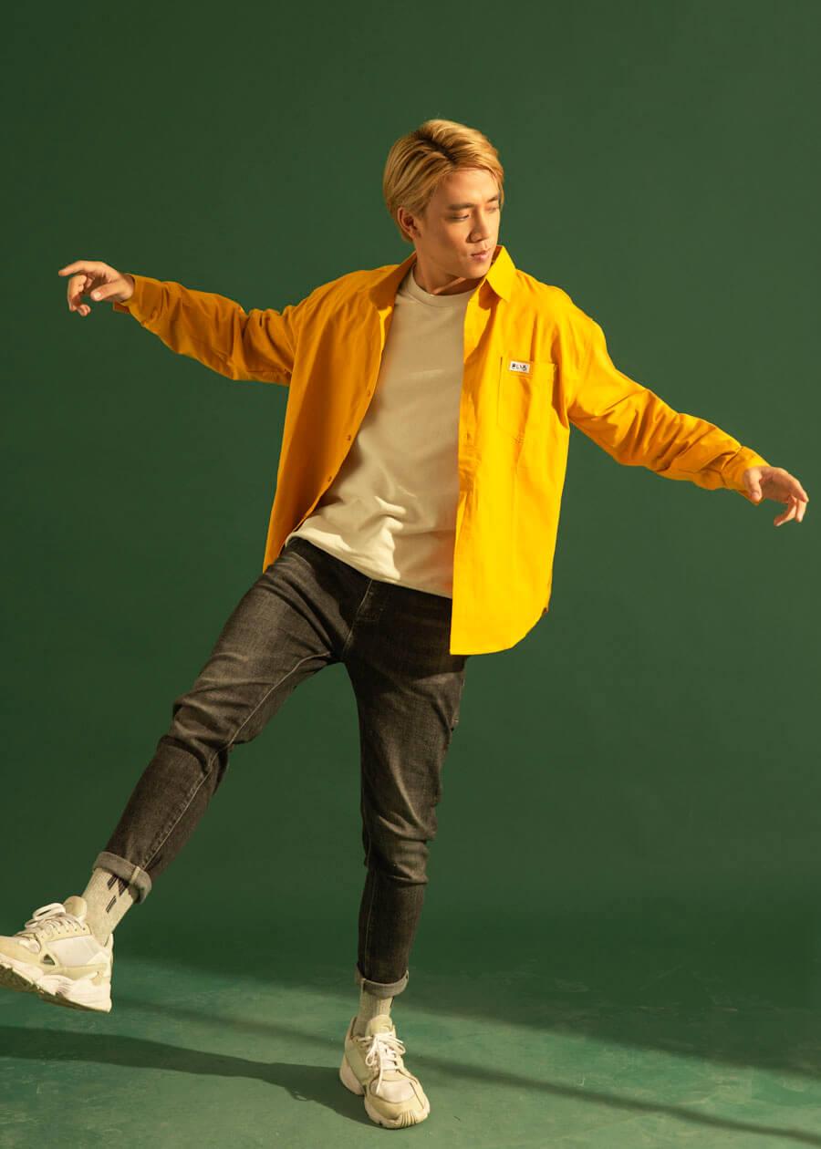 Vẫn là màu vàng của áo sơ mi, sự rực rỡ từ set đồ sơ mi, áo thun và quần jean slim fit