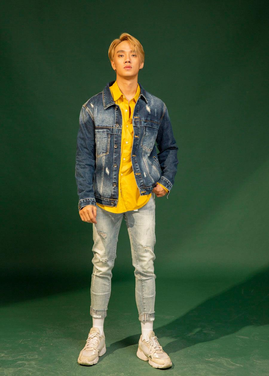 Set đồ gồm áo khoác jean, áo sơ mi cùng quần jean rách phá cách
