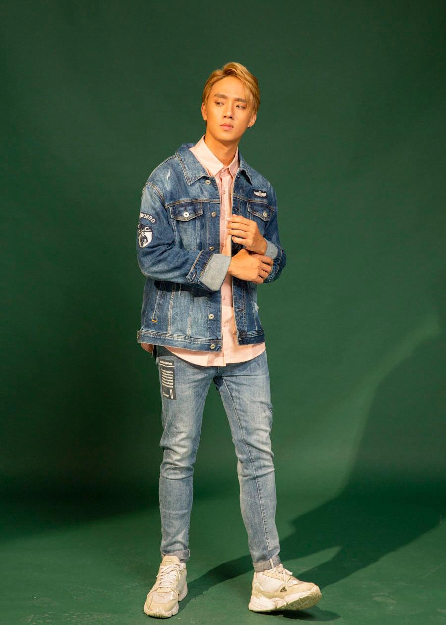 Kết hợp quần jean xanh với combo sơ mi và áo khoác jean xanh