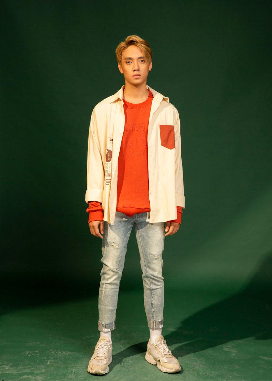 Rực rỡ du xuân cùng set đồ màu sắc rực rỡ của áo thun kết hợp cùng áo sơ mi khoác ngoài quần jean rách nhẹ