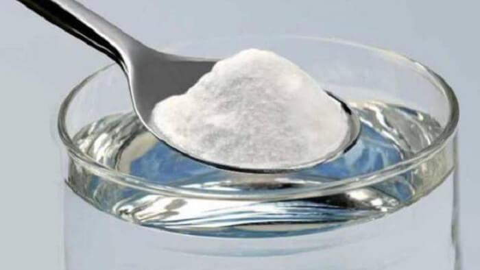 Sử dụng dung dịch nước muối tẩy vết thâm kim trên quần áo màu