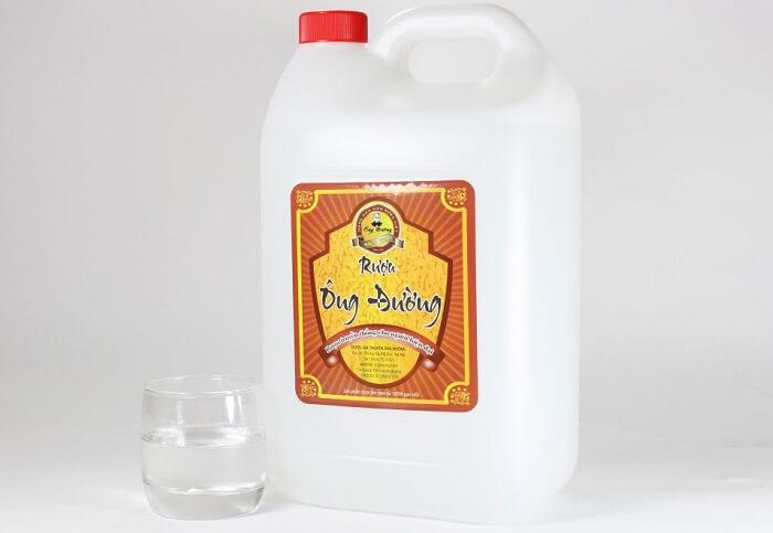 Tẩy áo trắng bị ngả màu ố vàng bằng rượu hoặc cồn