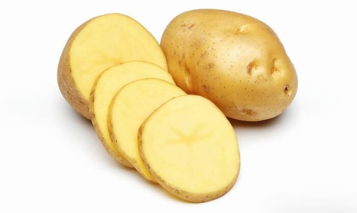 Sử dụng lát khoai tây tươi tẩy vết thâm kim trên quần áo màu