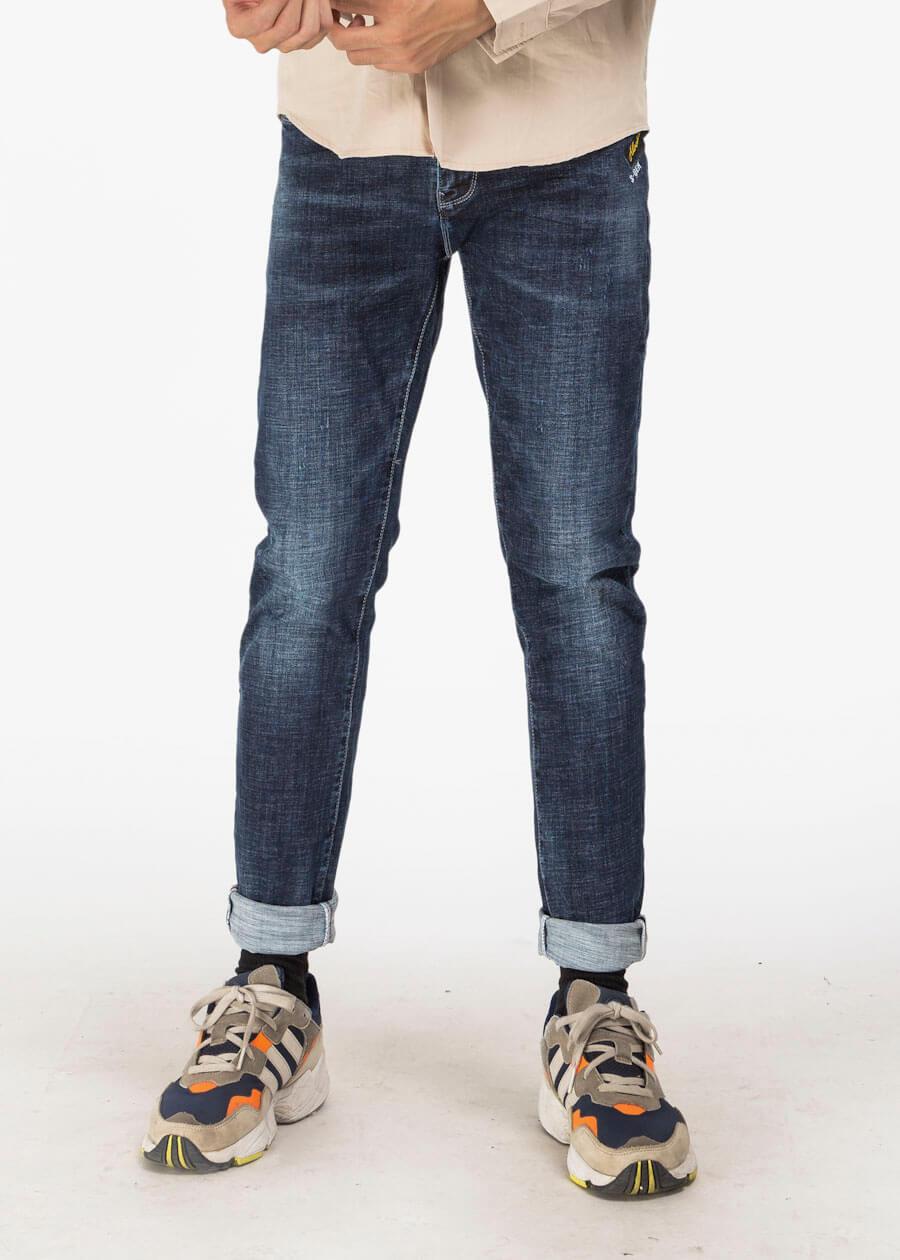 Mẫu quần jean xanh navy form slim fit vừa vặn