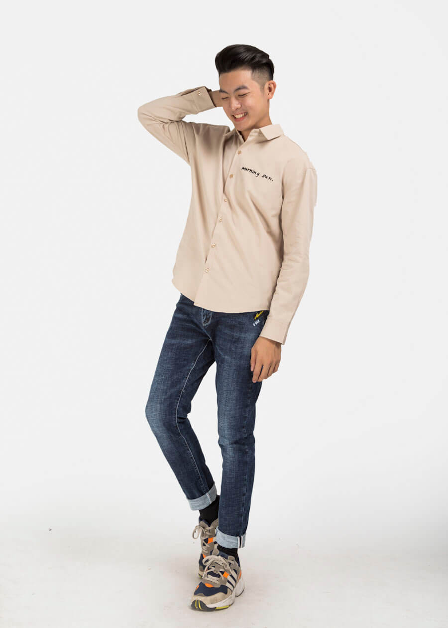 Kết hợp quần jean và áo sơ mi thả tự nhiên bỏ sơ vin hoàn toàn