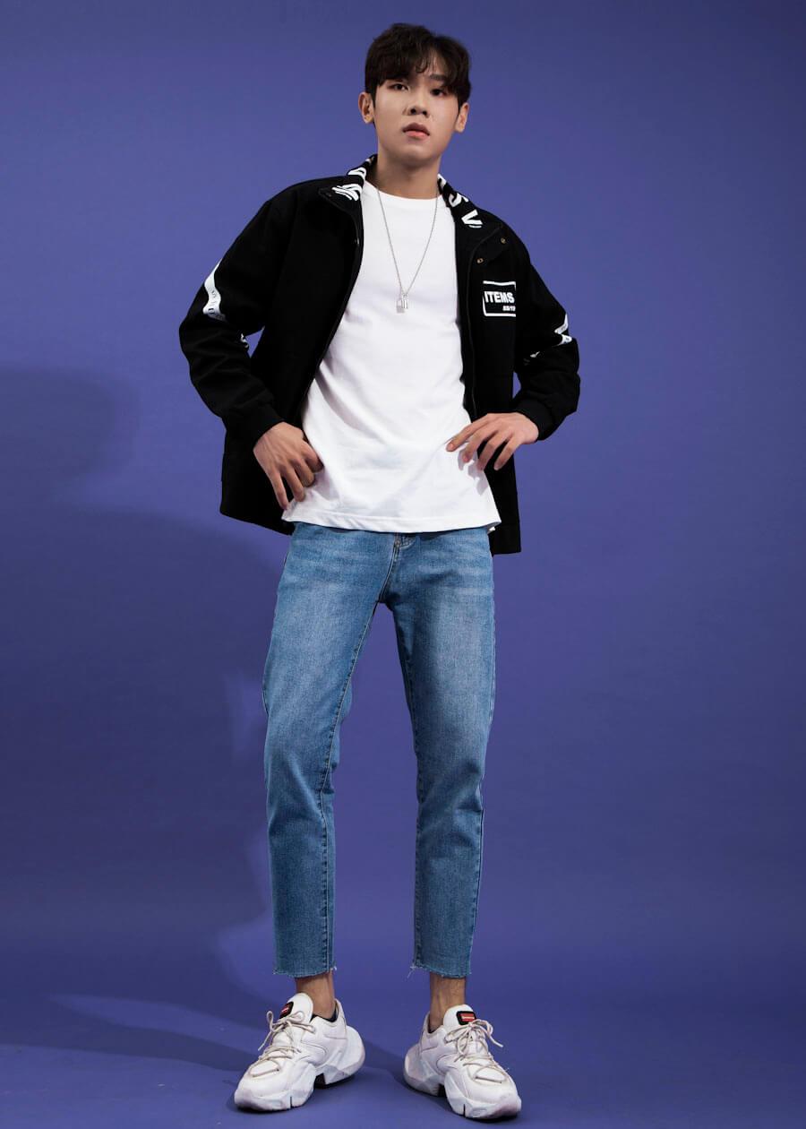 Quần baggy kết hợp phong cách layer cùng áo thun và áo khoác