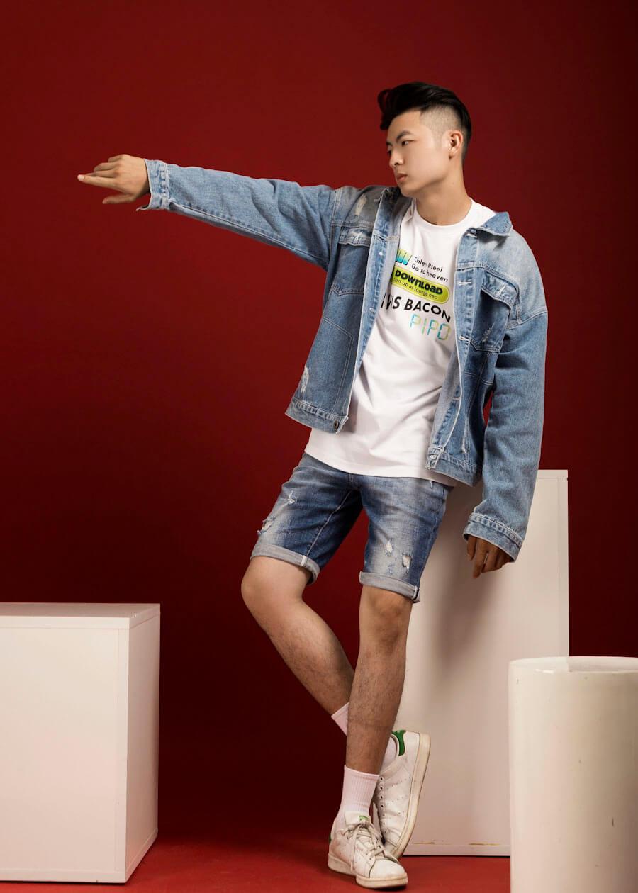 Layer gồm áo thun, áo khoác bên ngoài và quần jean lửng - Set đồ đậm chất streetwear