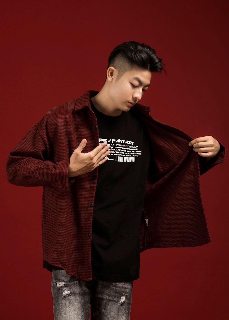 Khác với caro lớn, áo sơ mi họa tiết caro nhỏ kết hợp với quần jean, áo thun, khi khoác ngoài tạo một layer siêu chất