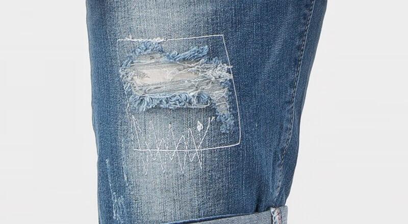 Cách làm quần jean rách gối bằng sử dụng giấy mài và phấn