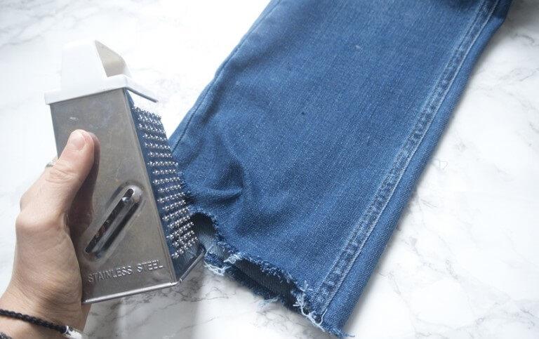 Cách làm rách gấu quần jean bằng dao, kéo, tấm mài, nhíp nhổ tóc