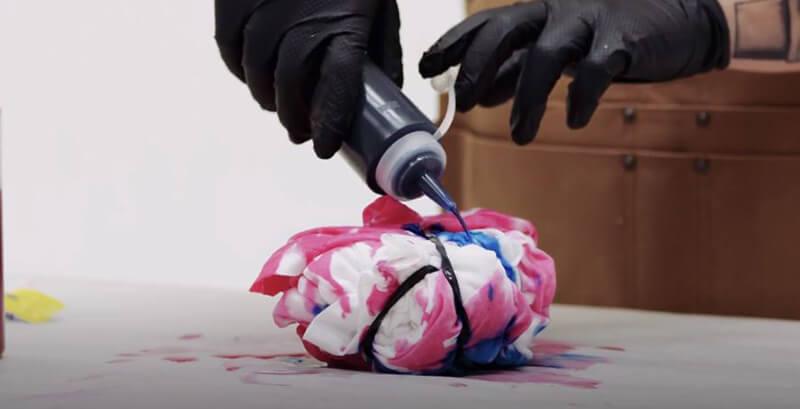 Nhuộm áo thun loang màu tie dye bằng bình xịt và dây buộc