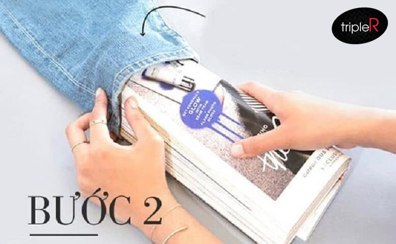Sử dụng ống tròn, hoặc giấy được cuộn tròn nhét vào ống quần, di chuyển tới vị trí muốn làm rách hoặc xước