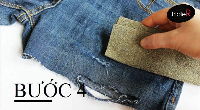 Sử dụng giấy nhám, chà nhẹ lên phần muốn làm rách hoặc xước nhẹ